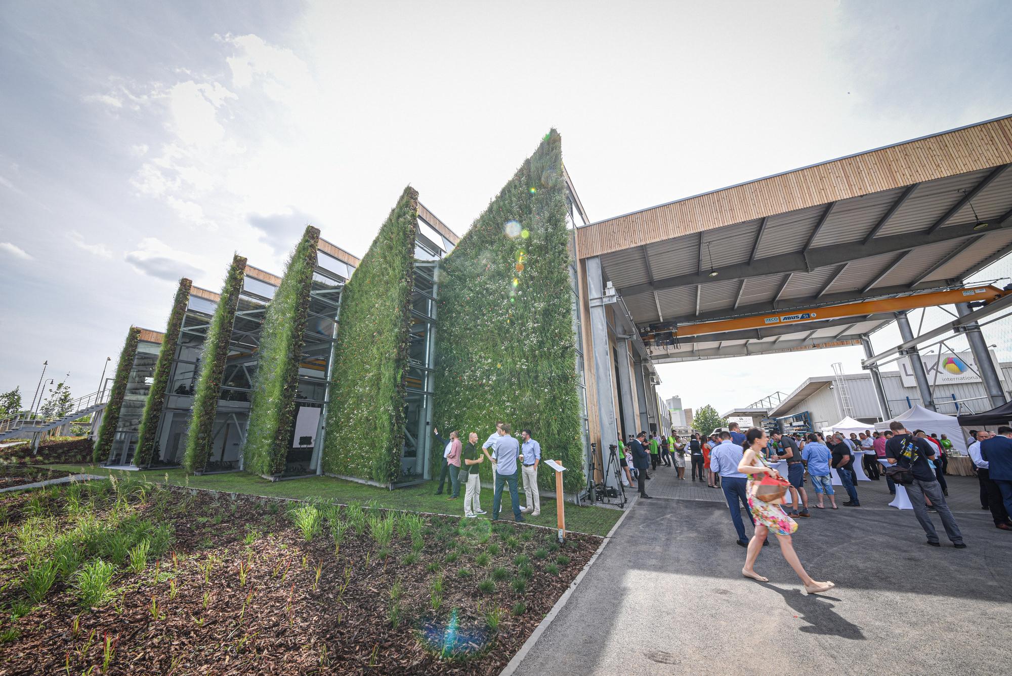 LIKO-S představil první živou halu na světě